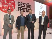 Eduardo Antunes, da Renault recebe o prémio para o Mégane